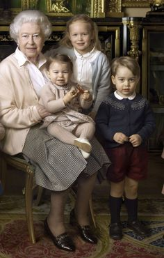 Queen Elizabeth II with Prince George, Princess Charlotte & Mia Tindall in the Green Drawing room at Windsor Castle in Windsor George Vi, Baby George, Kate Middleton, English Royal Family, British Royal Families, Princesa Diana, Lady Diana, Queen 90th Birthday, Happy Birthday