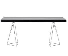 Esszimmer oder Home Office? Tisch MAX ist dank seines Designs so vielseitig einsetzbar, dass die Frage wirklich berechtigt ist. Zum Schluss entscheidet, welche Nutzweise die bessere Bühne für MAX darstellt – denn so ein Designerstück sollte man doch wirklich nicht verstecken! Den Glanzauftritt legen vor allem die außergewöhnlichen, filigranen Tischbeine hin, welche die schwarze Tischplatte förmlich schweben lassen! Holen Sie sich dieses Style-Statement nach Hause, Sie werden begeistert sein.