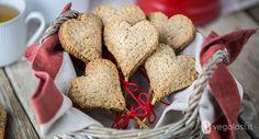 Biscotti vegan per San Valentino? Questi sono bellissimi, perfetti anche per un regalo! Ripieni di confettura e cioccolato sono buoni e fragranti