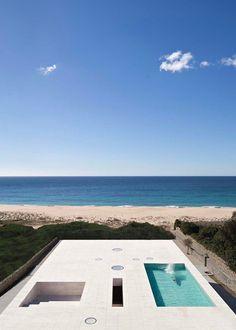 25/07/2014 - Si trova nella baia di Cadice, in Andalusia, l'ultimo progetto firmato da Alberto Campo Baeza. Eretta come un molo di fronte al mare,