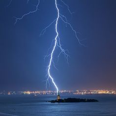 Jay Fine took 81 pictures before finally capturing this perfectly timed photo of lightning striking the Statue of Liberty. The Statue of Liberty is thought to be struck by lightning up to 600 times each year. Photographie National Geographic, National Geographic Fotos, National Geographic Photography, Most Beautiful Cities, Beautiful World, Beautiful Boys, Dakota Do Sul, Cool Pictures, Cool Photos