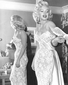 Marilyn Monroe - 1953.11.04 Getting Ready For The Premiere Of The Movie 'How To Marry A Millionaire' On November 4, 1953 In Los Angeles, California. (Photo By Earl Leaf-Michael Ochs Archives-Getty Images)