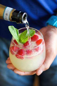 ♪ ♪ Happy Hour just got a whole lot happier with this Raspberry Limoncello Prosecco Cocktail. / ♪ ♪ Hora Feliz apenas ficou muito feliz com este coquetel de framboesa de Limoncello de Prosecco. Limoncello Cocktails, Wine Cocktails, Cocktail Recipes, Alcoholic Drinks, Easy Cocktails, Drink Recipes, Cocktail Ideas, Limoncello Recipe, Prosecco Drinks