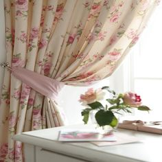 Koisas de Leninha. I like this style of curtains for my bedroom.