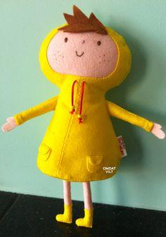 Robin Regenjas is gemaakt van #vilt en heeft een fel gele regenjas aan. Leuke details als sproetjes en kleine zakjes op de jas. Volledig met de hand gemaakt, zonder naaimachine. (www.omdatvilt.nl)