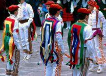 Bolantes de Luzaide/Valcarlos. El domingo de carnaval y el domingo de Resurrección actúan en Luzaide/Valcarlos con sus trajes regionales y bailan: bolant-dantzak, jauziak y otras danzas tradicionales. Destacan los bailes de los Makilariak que bailan lanzando y recogiendo el palo o makila.