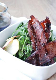 Σαλάτα με ρόκα, καραμελωμένο bacon και μήλο