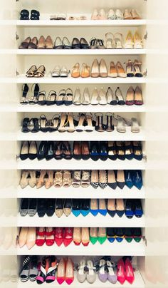 Organize your shoe closet + 4 more things to try this weekend. Tip: store shoes one behind the other so you see all shoes at once. Master Closet, Closet Bedroom, Closet Space, Bathroom Closet, Walk In Wardrobe, Walk In Closet, Closet Doors, Dressing Design, Shoe Shelves