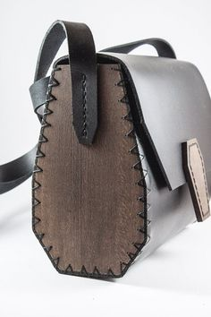 Handmade woman bag from leather and wood Bolso de mujer hecho a mano de cuero y madera Soft Leather Handbags, Leather Purses, Leather Totes, Leather Belts, Leather Bags Handmade, Handmade Bags, Handmade Bracelets, Wooden Bag, Sewing Leather