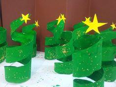 Us presento uns bonics Arbres de Nadal que he fet amb els meus nens i nenes de P-5.  Sóntubs de cartró tallats, pintats per fora i pe...