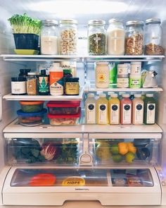 The latest kitchen organization for All What you need to organizer your fridge w. Refrigerator Organization, Pantry Organization, Organized Fridge, Organizing Ideas, Fridge Storage, Kitchen Pantry, Kitchen Decor, Healthy Fridge, Home Organisation