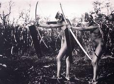 Demostración de las diferentes poses para el uso del arco y la flecha…