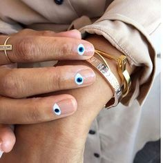 Evil eyes & gold jewelry= good inspo