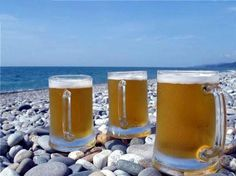 beer on the beach Cool Picks, Sea And Ocean, Beach Trip, Yummy Drinks, Pint Glass, Summer Time, Cocktails, Beer, Mugs