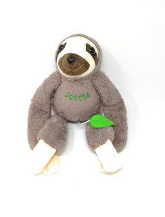Das erste Faultier in Mokka bestickt mit Namen. Die Spieluhr ist in einer Tasche mit Reißverschluss platziert und kann herausgenommen/ausgetauscht werden. #taufgeschenk #geburt #geschenkfürtochter #geburtstagsgeschenk Teddy Bear, Toys, Animals, Sloth Animal, Mocha, Names, Birth, Animales, Activity Toys