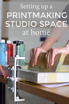 Home Printmaking Studio Space Great tips for setting up a printmaking space in your home. Ideas for storage, organisation and workflow.Great tips for setting up a printmaking space in your home. Ideas for storage, organisation and workflow. Home Art Studios, Art Studio At Home, Textiles, Diy Screen Printing, Diy Printing, Printing Press, Space Crafts, My New Room, Printing On Fabric