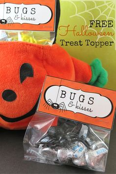 """FREE """"Bugs & Kisses"""" Halloween treat topper printable available on… Halloween Class Treats, Halloween Goodie Bags, Halloween Party Favors, Toddler Halloween, Halloween Birthday, Halloween Gifts, Holidays Halloween, Halloween Stuff, Manualidades"""
