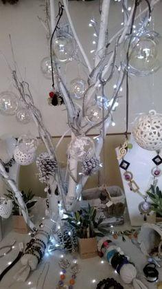 Particolare albero di Natale con gioielli