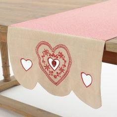 Chemin de table coeur d'amour Décoration Montagne Campagne Réalisé en toile vichy et écru 100% coton, broderie coeur, petit cœur en bois. Dans la même collection: Brise-bise rideaux store voilage