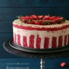 Photo credit: @ Strawberry Mousse Cake 164 Source by goddessceecee Cupcake Frosting Tips, Cupcake Cakes, Strawberry Mousse Cake, Strawberry Birthday Cake, Red Velvet Cake Decoration, Cake Recipes, Dessert Recipes, Delicious Desserts, Yummy Food