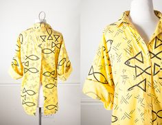 1990s Button Down Shirt / 80s Graphic Print Boyfriend Shirt / 90s Grunge Top / Fishtail High Low Hem / 80s New Wave Blouse / Open Back Shirt by BlueHorizonVintage on Etsy #vintage #shirt #blouse #yellow #fish #blouse #80s #90s #grunge
