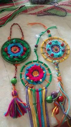 Risultati immagini per mandalas tejidos en telar Weaving Projects, Crochet Projects, Craft Projects, Art For Kids, Crafts For Kids, Arts And Crafts, Bohemian Crafts, Weaving Textiles, Yarn Bombing