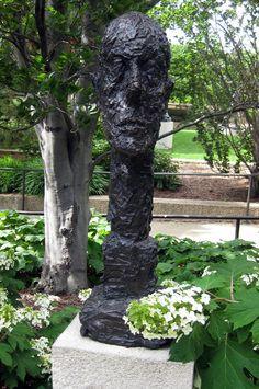 Cabeça monumental. 1960. Cinzelado em bronze. Artista: Alberto Giacometti (10/10/1901 - 11/01/1966) artista plástico suíço. Encontra-se no Museu e Jardim de Escultura Hirshorn, em Washington, DC, USA.  Fotografia: Wally Gobetz no Flickr.