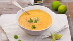 Gulrotsuppe med lime - Oppskrift fra TINE Kjøkken Cheeseburger Chowder, Thai Red Curry, Cantaloupe, Nom Nom, Lime, Yummy Food, Fruit, Ethnic Recipes, Soups