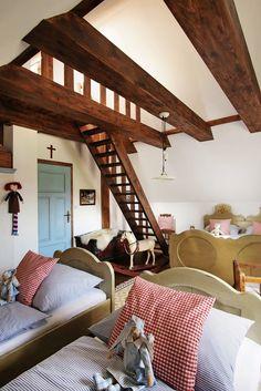 Ako u babičky: Rozprávkový dom plný tradícií v srdci prírody Alpine Chalet, Pergola, Shabby Chic, Bedroom, Cottages, House, Furniture, Lifestyle, Design