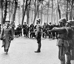 Voor het hoofdkwartier van generaal Winkelman aan het Lange Voorhout in Den Haag staat een wacht van de grenadiers aangetreden.