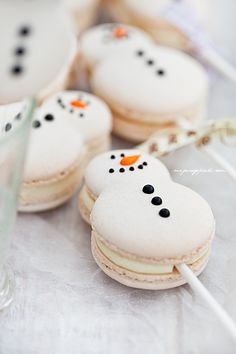Christmas snowman (and snowwoman!) macaron cake pops (macaron on a stick). Macaron Cookies, Macaron Recipe, Cake Cookies, Cupcake Cakes, Cupcake Emoji, Shortbread Cookies, Christmas Sweets, Christmas Cooking, Christmas Goodies