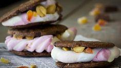S'moresit ovat jenkkiherkku, jossa keksien väliin on sulatettu makeita herkkuja kutenvaahtokarkkeja jasuklaata.