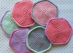 Nogen vil måske mene det rabler for mig. Det gør det helt sikkert, m. Crochet Diy, Crochet Home, Crochet Motif, Crochet Patterns, Tutorial Crochet, Mug Cozy, Cotton Pads, Cool Kids, Crochet Projects