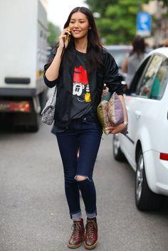 Liu Wen and her Mickey Mouse Liu Wen, Best Street Style, Cool Street Fashion, Milan Fashion, Net Fashion, Fashion Photo, Denim Fashion, Daily Fashion, Anna Dello Russo