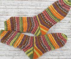 Bald wird es kühler und da braucht man warme Socken. Handgestrickte Socken findet ihr bei mir im Shop in unterschiedlichen Größen und Farben. Individuelle Wünsche können verwirklicht werden.  Mein Handarbeitsparadies http://de.dawanda.com/product/67069855-Socken-Gr-4243-handgestrickt