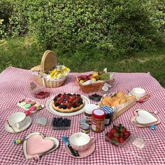 Find images and videos about cute, food and couple on We Heart It - the app to get lost in what you love. Picnic Date Food, Picnic Time, Summer Picnic, Picnic Ideas, Picnic Parties, Picnic Recipes, Beach Picnic Foods, Picnic Mat, Spring Summer