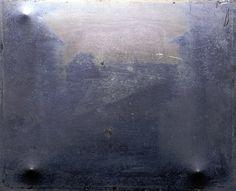 A primeira fotografia Primeira fotografia do mundo feita em uma câmera foi tirada em 1826 por Joseph Nicéphore Niépce. A fotografia foi tirada a partir da janelas de Niépce, na região de Borgonha, França. Esta imagem foi capturada através de um processo conhecido como heliografia, que utilizava de betume. Ele precisou de 8 horas de exposição à luz de uma placa de estanho, coberta com betume da Judeia e instalada no fundo de uma câmera escura.