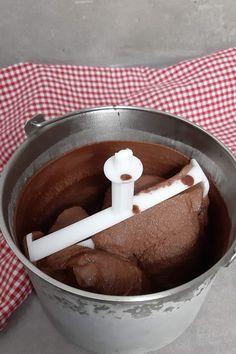 Nutella Eis selber machen ist ganz einfach. Du brauchst nur 5 Zutaten. #nutellaeis #nutella Cake Recipes, Ice Cream, Desserts, Sorbet, Cupcake, Food, Nutella Recipes, Ice Cream Recipes, Savory Foods