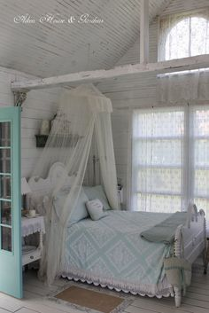 Would LOVE to try a DIY canopy bed... no tutorial... just like the photo inspiration...
