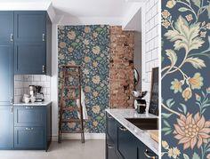 Papier peint fleuri bleu et rose Alicia de Borastapeter. Interior Design Living Room, Future House, Decoration, Sweet Home, Indoor, Architecture, Simple, Inspiration, Lyon