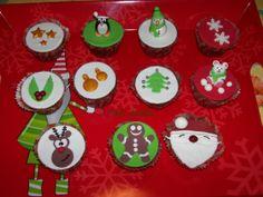 Cupcake di Natale al cacao e cioccolato bianco, decorati con pasta di zucchero