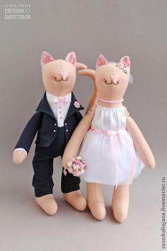 Свадебные коты `Черничный жемчуг`. Влюбленные котики, выполненные в сине-розовой палитре, выглядят очень романтичными и нежными:)    Свадебные котики молодожены станут прелестным свадебным аксессуаром для фото-сессии, оформлением машины или банкетного…