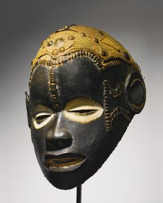 IDOMA MASK, NIGERIA Height: 10 1/8 inches (25.7 cm) Estimate 25,000 — 35,000 USD  LOT SOLD. 34,375 USD
