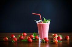 Ein Erdbeer #shake  ist ein erfrischendes Mixgetränk das sowohl Großen als auch Kleinen schmeckt. #erdbeeren #getränke Smoothies, Panna Cotta, Strawberry, Pudding, Fruit, Ethnic Recipes, Desserts, Food, Strawberries