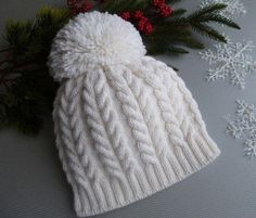 This free cable knit hat pattern uses two balls of super bulky Bernat Softee Chunky yarn, which works up fast and - Salvabrani Cable Knit Hat, Knit Mittens, Knitted Hats, Knitted Scarves, Loom Knitting, Free Knitting, Knit Or Crochet, Crochet Hats, Motifs Beanie