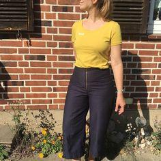 hej Sommer! @krissiwie_diy und ihr gelbes #modulartshirt strahlen mit der Sonne um die Wette! Und ihre #hoselola ? Sitzt wie angegossen! Super gemacht!! Mega Outfit!💛⠀  REPOST: ⠀ Yeah, yeah, yeah! Meine erste #hoselola von schnittduett ist fertig und ich fühle mich so wohl darin! Die Anpassungen haben mich zwar einige Nerven gekostet, aber die Mühe hat sich gelohnt, finde ich. Vielen Dank übrigens an jasminaing fürs Ermuntern ;) Das T-Shirt nach dem Schnittmuster Modular ist auch von… Super, Outfit, Pants, Instagram, Fashion, Beams, Sun, Yellow, Sewing Patterns
