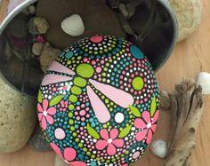 Envío gratis en la parte Continental de nosotros. Utiliza codigo: FREEUSASHIPPING2016  Mano pintada Río Piedras - campos del trío de la colección de color #25 (3) piedras - (1) 4 X 3 X. 5- (1) 3.5 X 2,5 X 1 - (1) 3 X 2 X 1  Peso total - 27 onzas  Mandala inspirado en diseño - Natural Home Decor Jardín de arte - final de la laca resistente a la intemperie  Como en la naturaleza no hay dos etéreos y piedras de la tierra son iguales. Cada piedra y su diseño es único. Trabajo con forma, tamaño y…