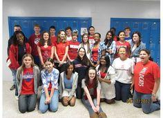 Un otro clase está mostrando su espíritu por llevando los colores de la bandera de Francia, azul, blanco, y rojo.