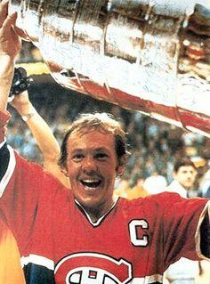 Yvan Cournoyer (C) : Ayant succédé à Henri Richard à titre de capitaine des Canadiens en 1975, il conserva le « C » jusqu'à sa retraite, acceptant le flambeau avec fierté et allumant une flamme qui devait mener les siens à quatre conquêtes consécutives de la coupe Stanley. Quinze rencontres après le début de la saison 1978-1979, une opération au dos signifia un arrêt forcé et définitif pour le Roadrunner. Montreal Canadiens, Mtl Canadiens, Hockey Teams, Hockey Players, Ice Hockey, Toronto, Hockey Pictures, Good Old Times, Of Montreal