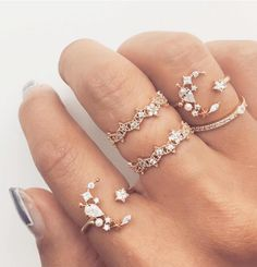 Dying over this set of rings !!! These are simply stunning ... thanks to @sarahmiramon.photographe we know the designer ! It's @ruegembon ✨#moonlover #moon #rimesworld #bridalinspo #lordoftherings #rocknrollbabe #ringlover #diamondlife #engagementring #weddingband